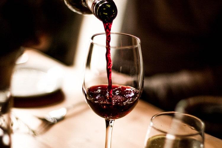 กรมศุลกากร ยึดไวน์หนีภาษี 980 ลัง พบมูลค่าสูงกว่า 18 ล้านบาท